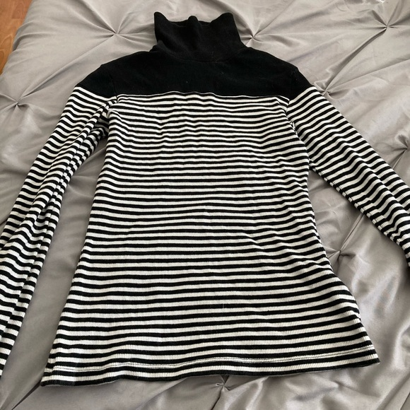 Black and white long sleeved turtle neck sweater.